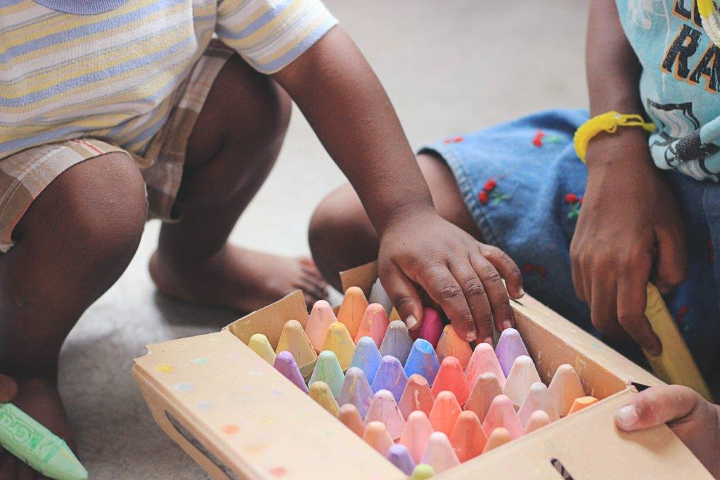 15 Idei de Busy Bags Activities pentru copii, 2 ani_cutie cu creta