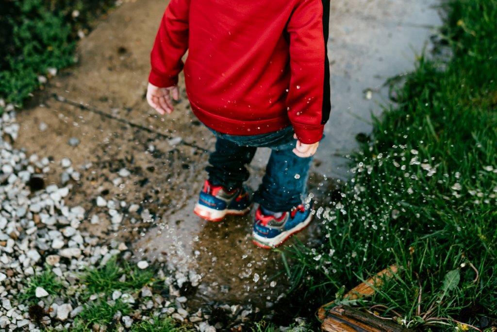 Iubesc ploaia_copil in ploaie