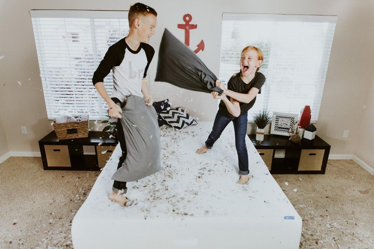 21 de idei de distracții gratuite, pe care să le faci cu familia în weekend_bataie cu perne