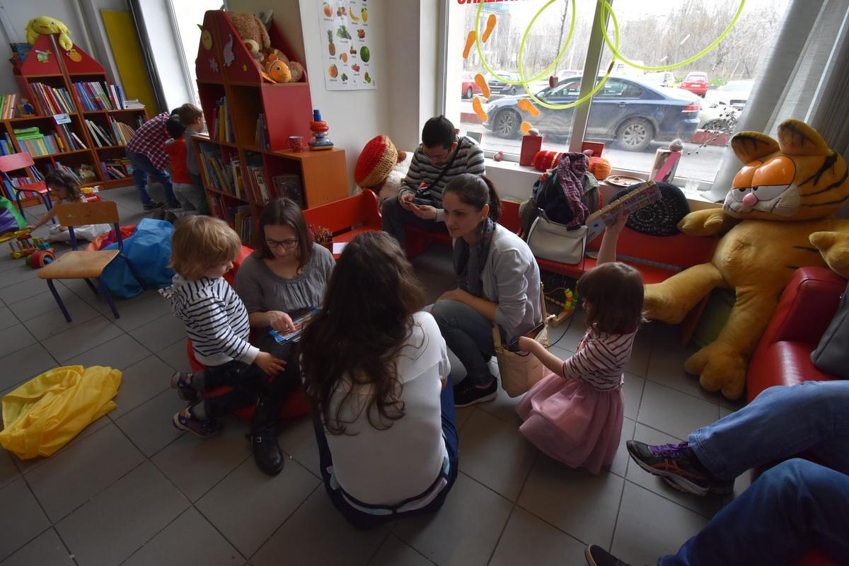 Comunitatea și puterea ei sau cum a fost la petrecerea Emiliei când și-a donat ziua de naștere_oameni la biblioteca
