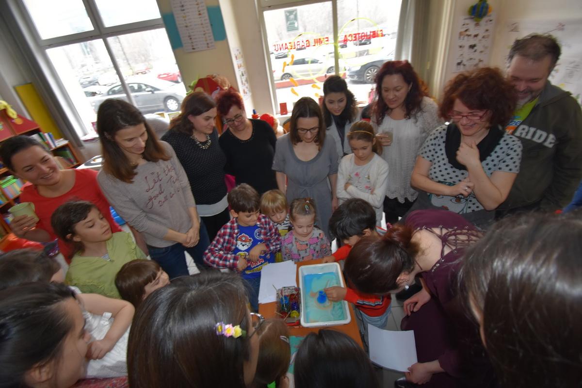 Comunitatea și puterea ei sau cum a fost la petrecerea Emiliei când și-a donat ziua de naștere_pictura pe apa
