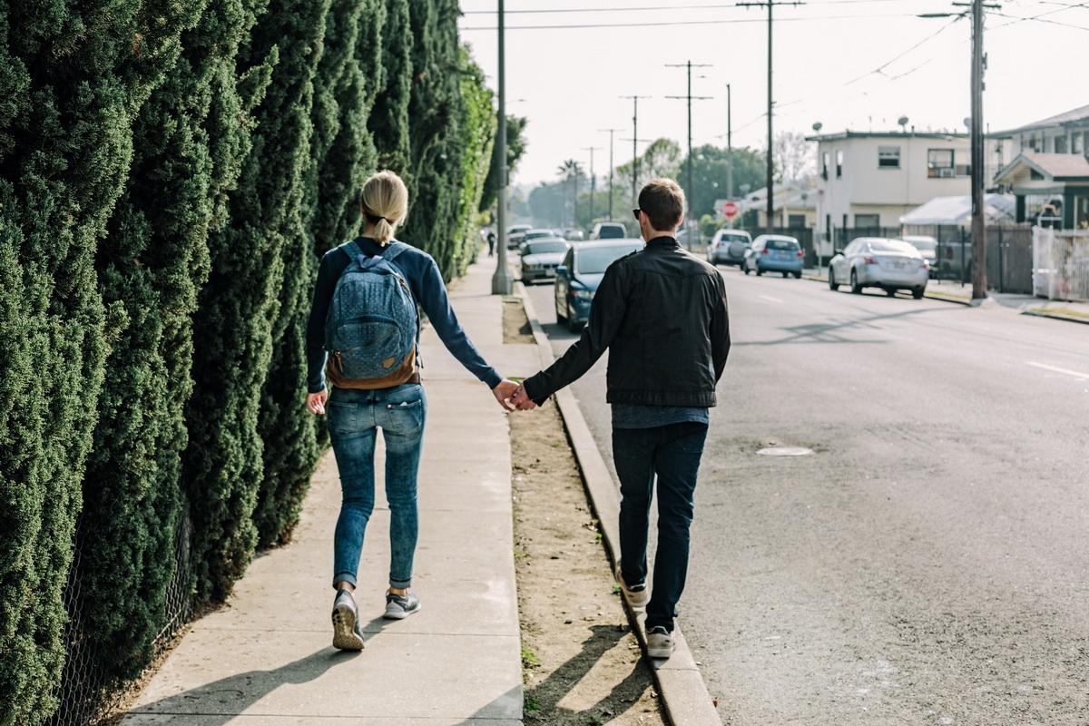 Lasă mașina și mergi pe jos!_cuplu care merge pe jos