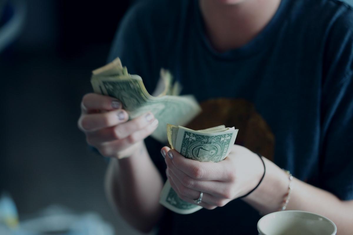 Cum am ajuns să vreau să economisesc și o invitație gratuită la un eveniment de educație financiară_femeie care numara banii
