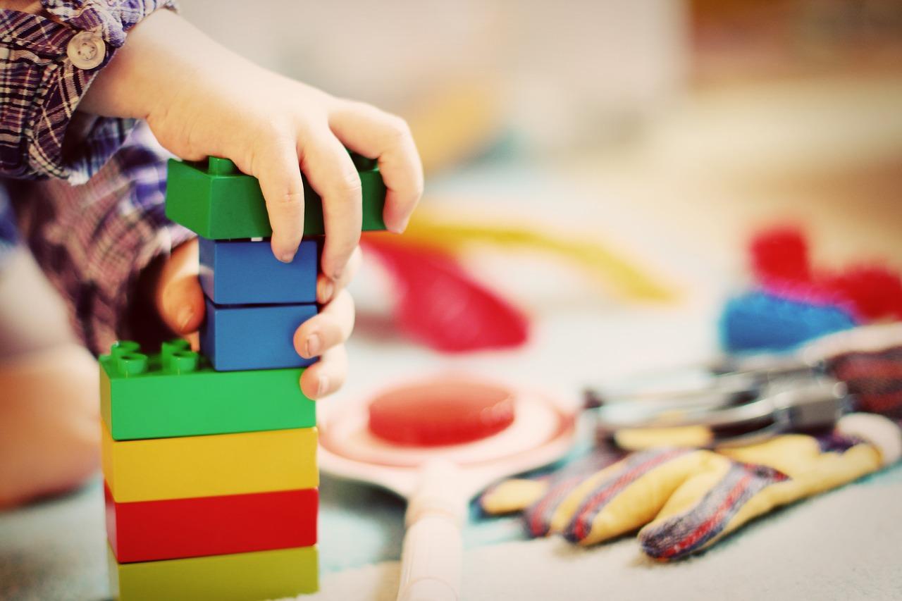 Unde donăm jucării și haine_copil care se face turn