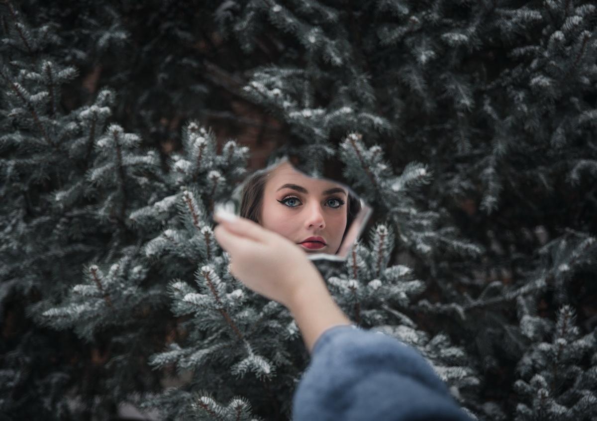 Dar tu, tu cine ești_femeie în oglindă