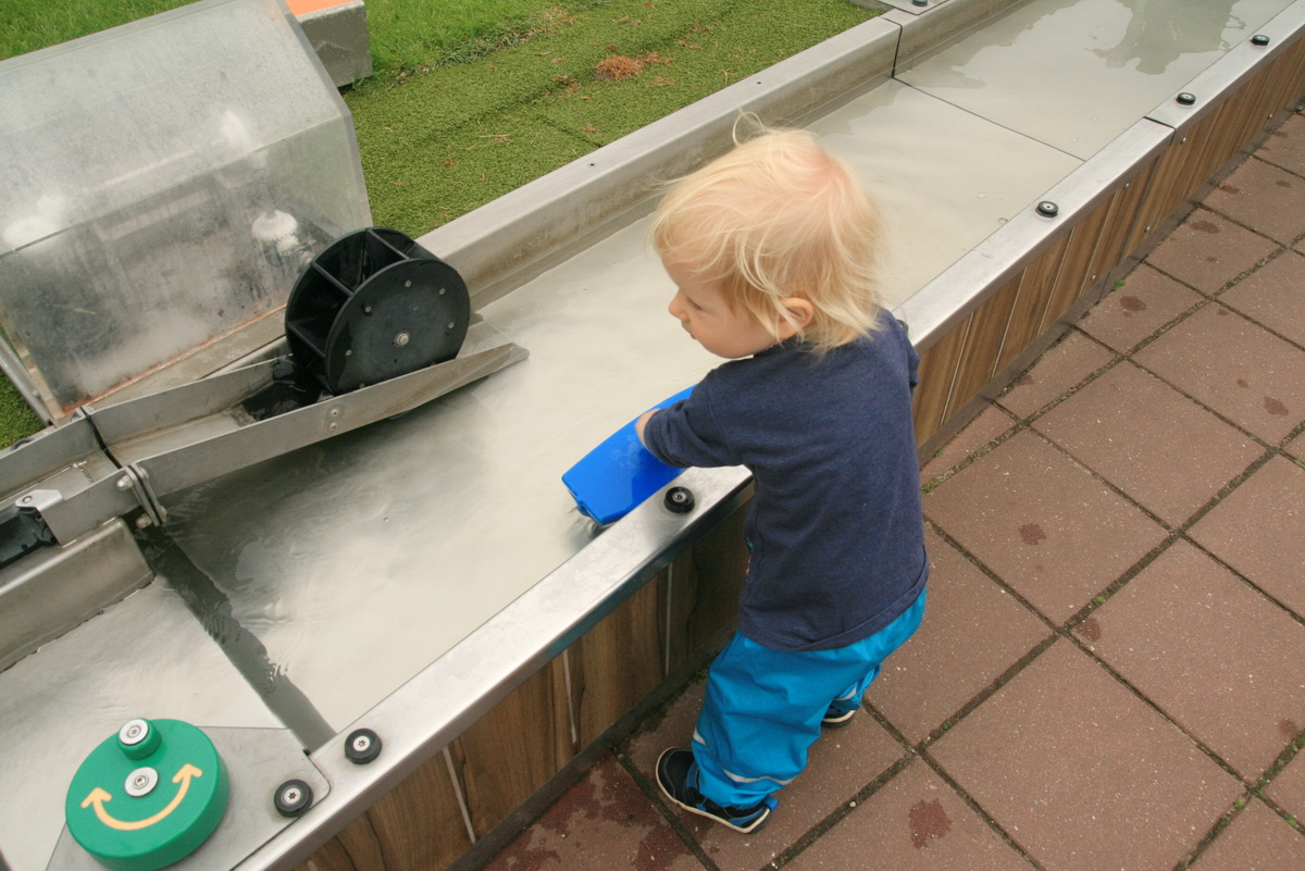 Face doi ani și e cea mai minunată fetiță_copil care se joaca la apa