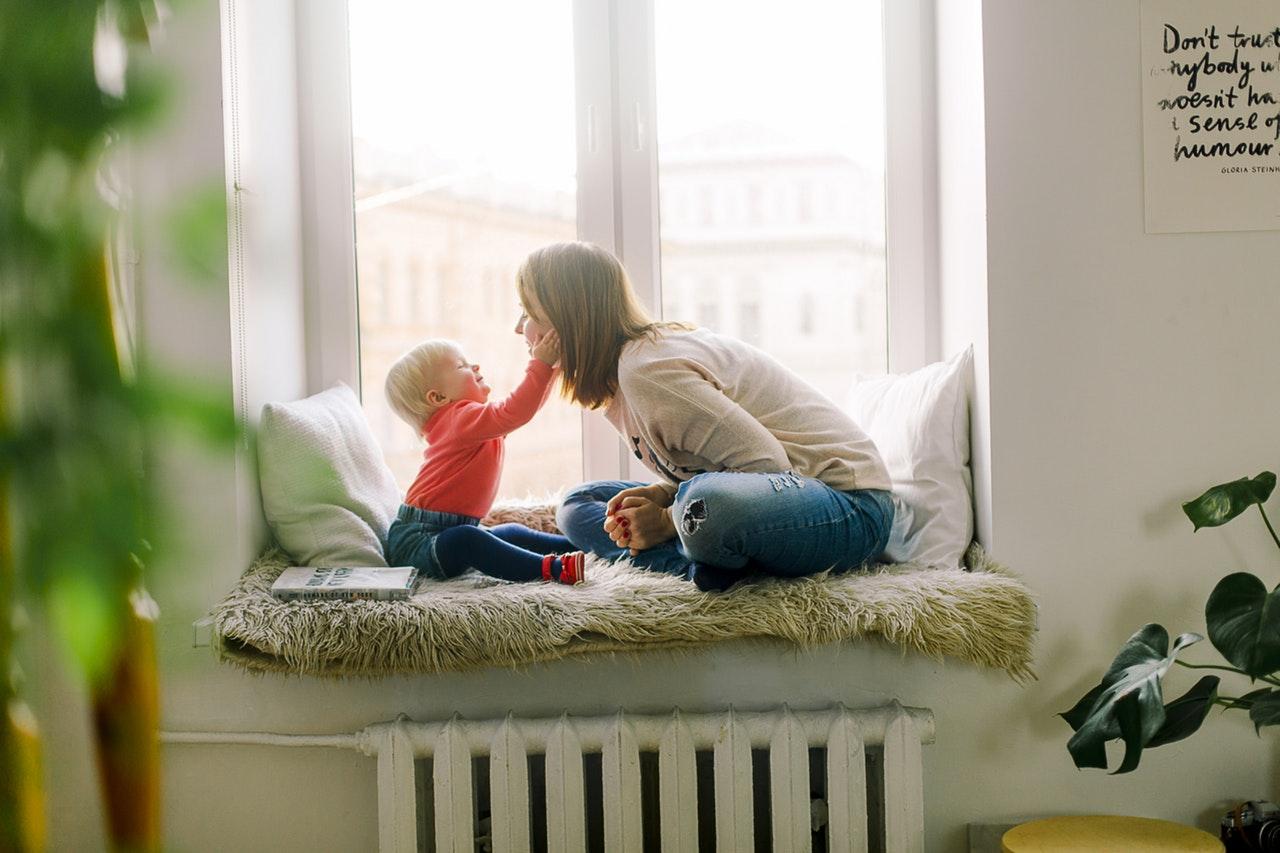 Tu ce îi spui cel mai des copilului tău_Copil care se joaca cu mama