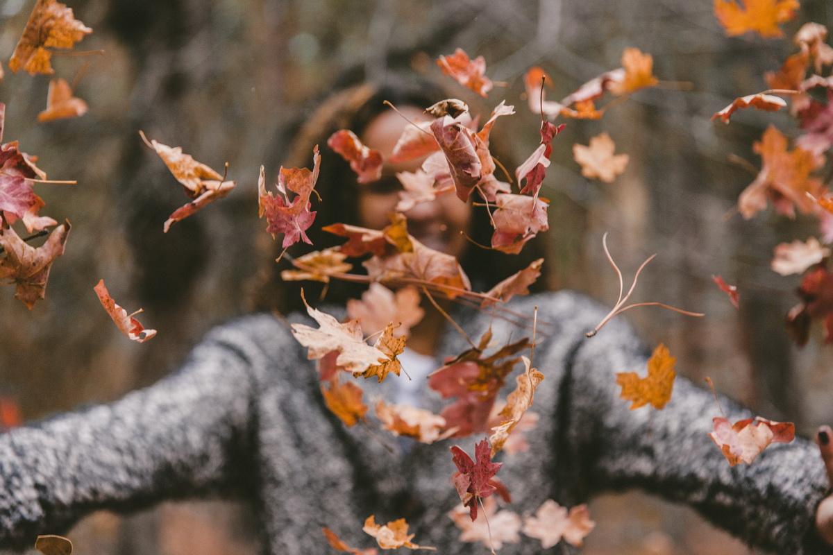 Cel mai fain mod de încheia săptămâna_femeie care se bucura de frunze