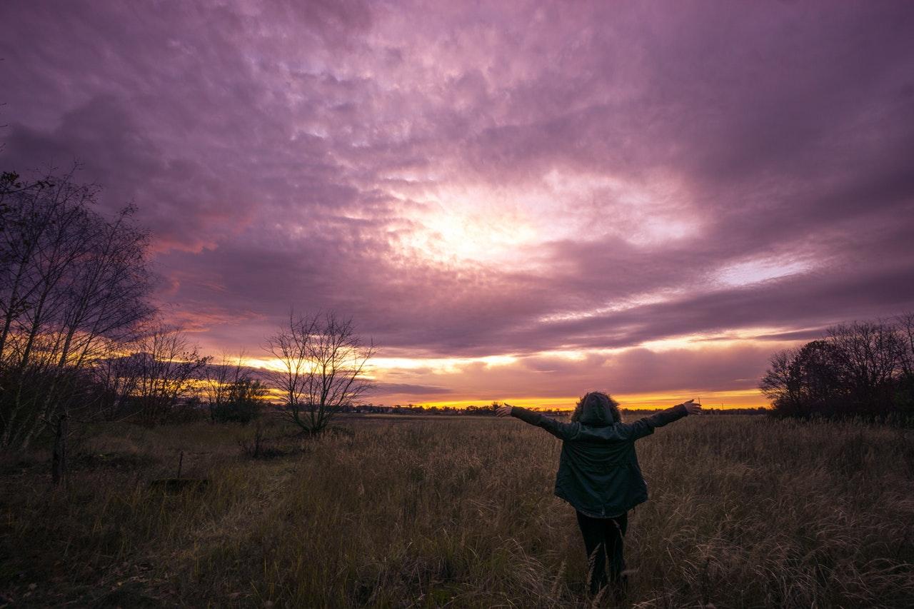 Cum să te bucuri chiar și atunci când îți este greu (10)_om care se bucura de natura