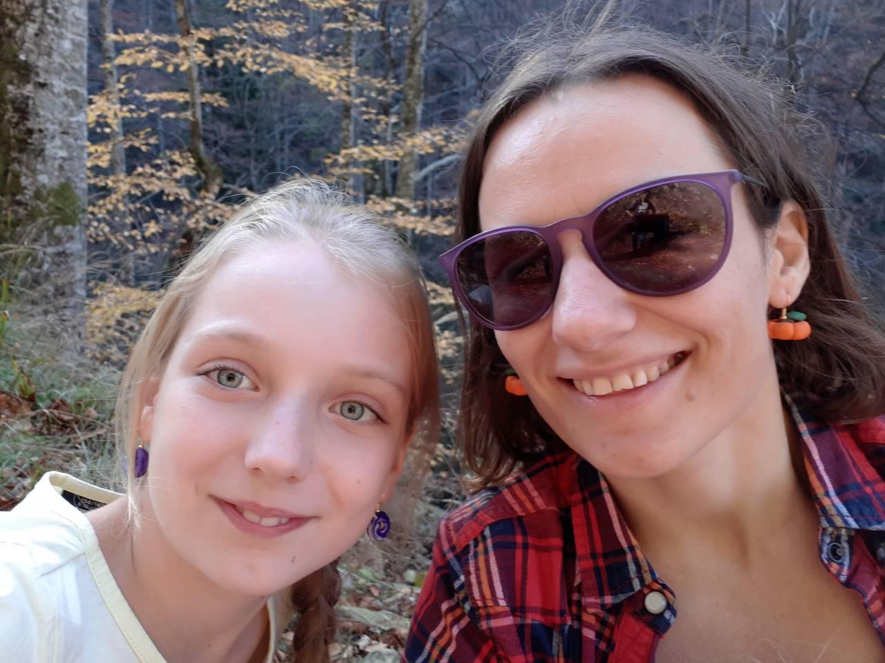 Jurnalul bucuriilor simple sau cum să înveți să trăiești conștient (9)_2 fete zâmbitoare