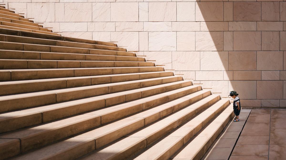 Ce provocări am de când econonomisesc și cum le depășesc (Am scris pentru Economisim.info)_copil mic urca scarile