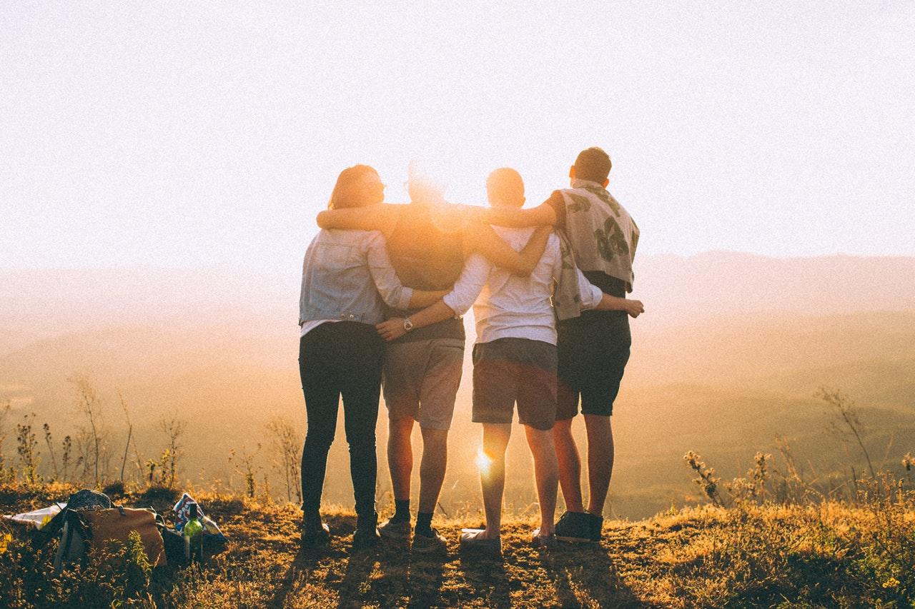 12 întrebări care o să te ajute să vezi oamenii buni din viața ta _4 oameni care se imbratiseaza