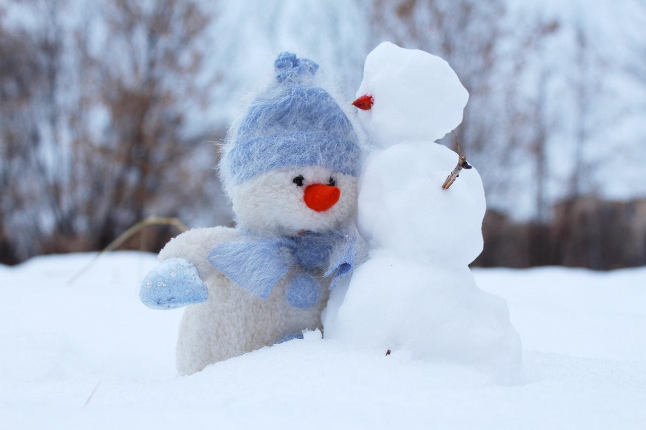 Cum cultivăm recunoștința și exercițiul practic de duminică_oameni de zăpadă care se îmbrățișează