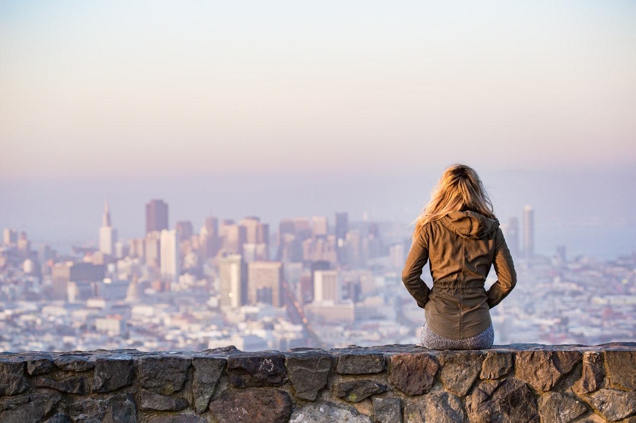 Lecții despre bani pe care aș fi vrut să le știu la 22 de ani_femeie care se uita peste oras