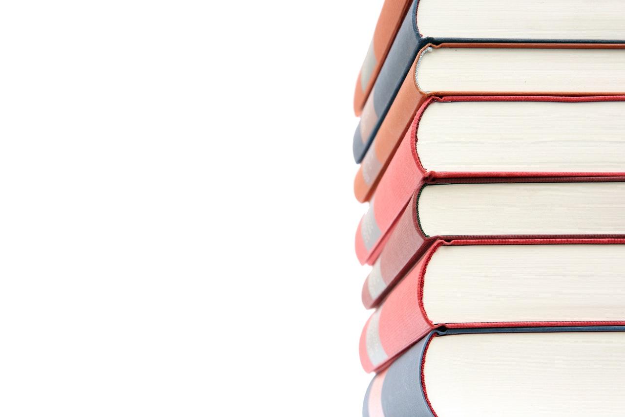 Provocare 12 cărți non ficțiune pe care să le citești în 2019_teanc de carti