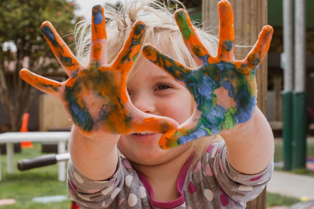 Bucuria e în lucrurile simple_copil cu mainile murdare de vopsea