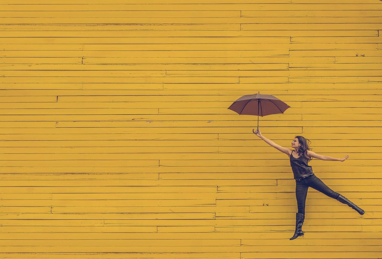 Jurnalul bucuriilor simple Nr. 12_femeie care sare cu umbrela