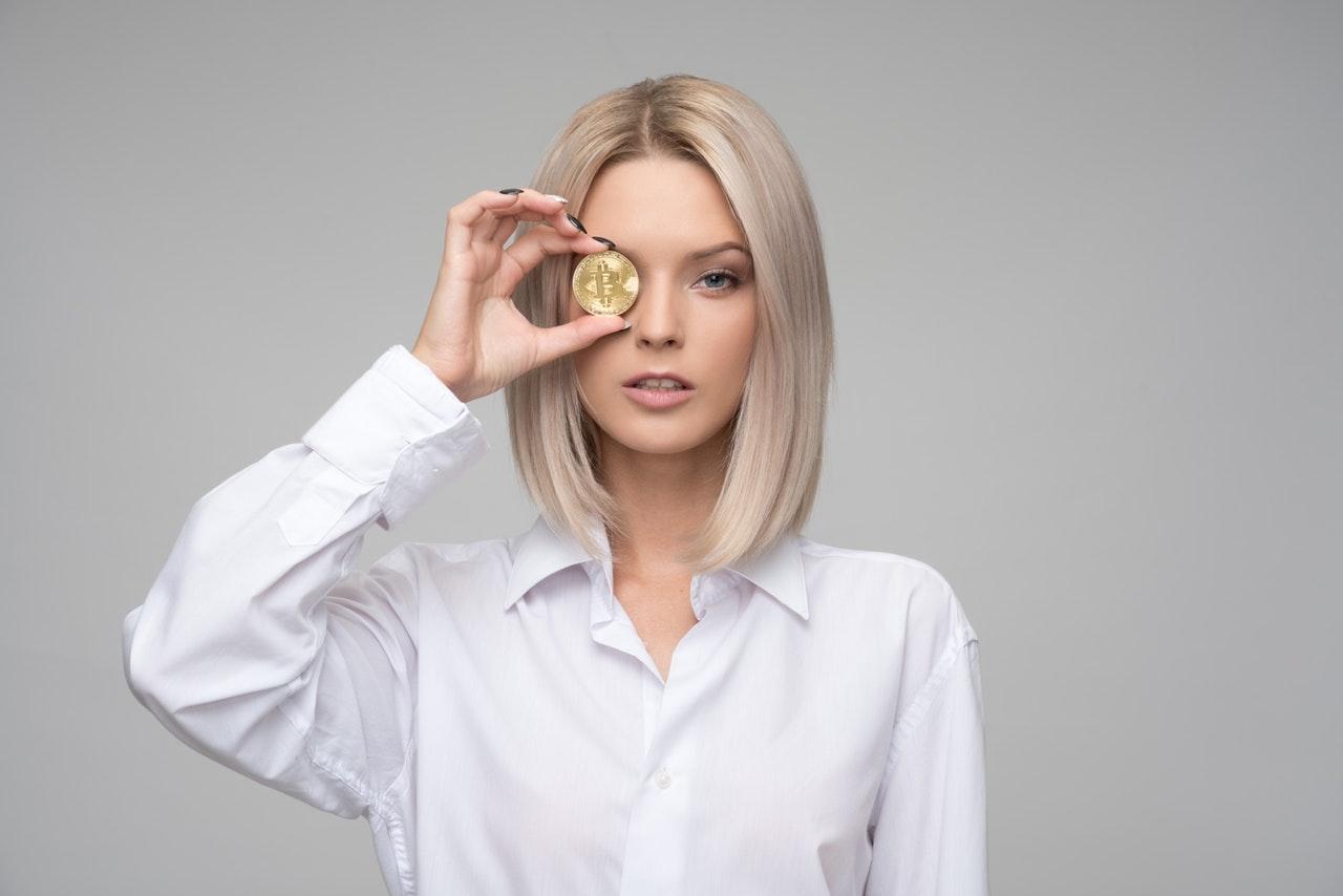 La ce cheltuieli am renunțat ușor și la ce nu o să renunț niciodată_femeie blonda cu o moneda în mână