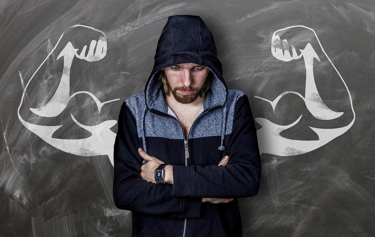 12 motive pentru care îți vine greu să economisești (și cum să le ocolești)_barbat care se uita in jos