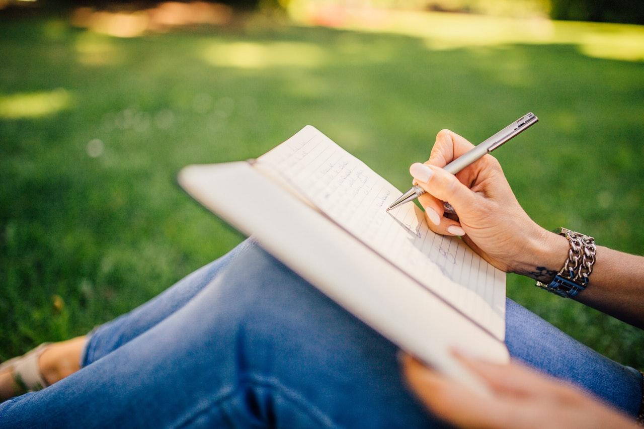 Jurnalul de bucurii simple#13_femeie care scrie in jurnal