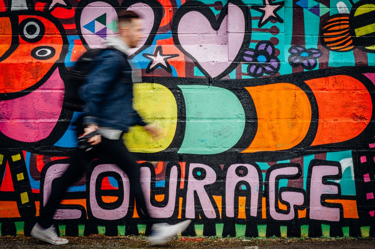 5 valori personale care mă ajută să economisesc_perete cu grafitti_curaj