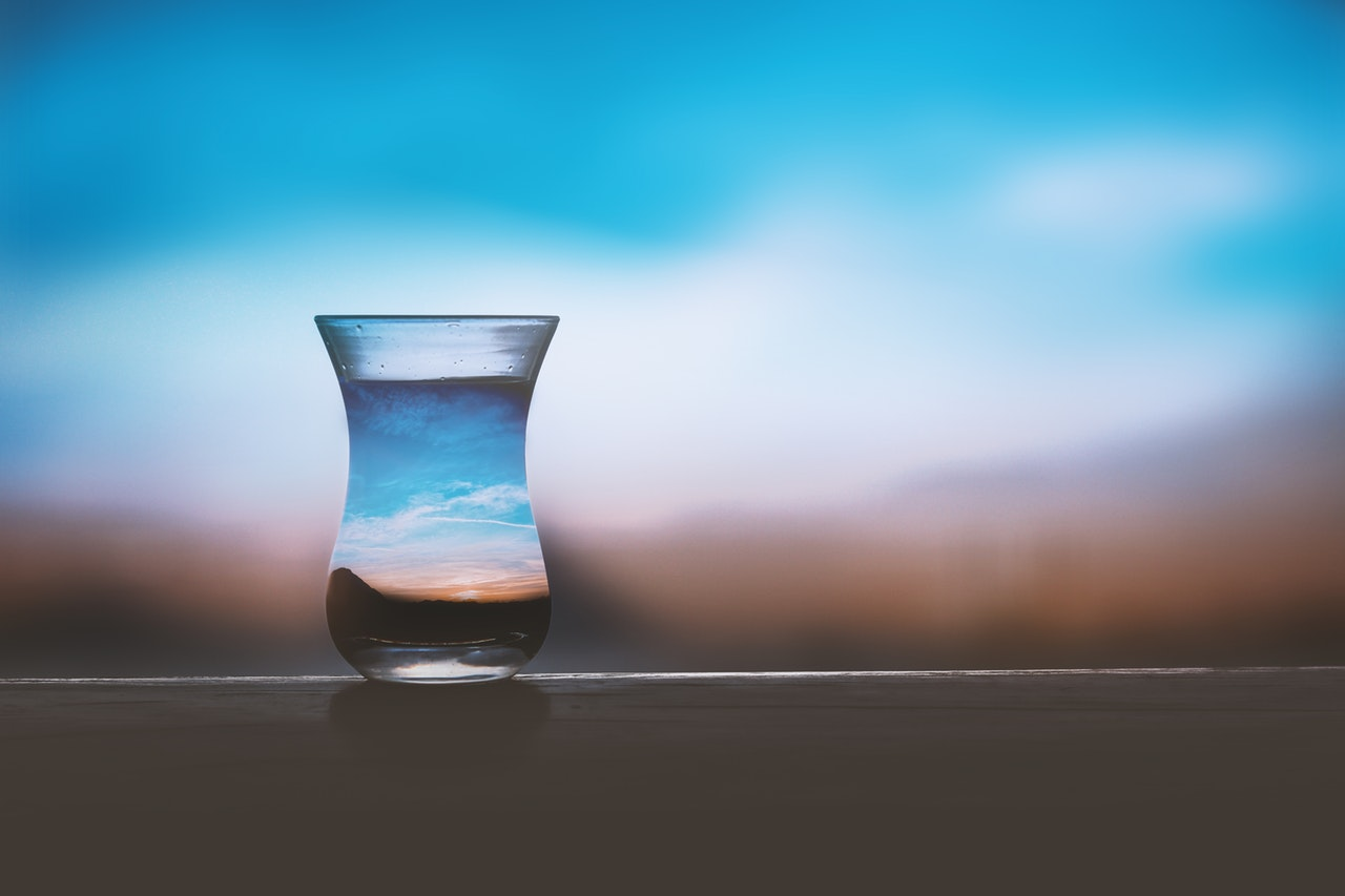 5 lucruri care te vor ajuta să îți simplifici viața (+ un bonus fain)_pahar in care se vede cerul