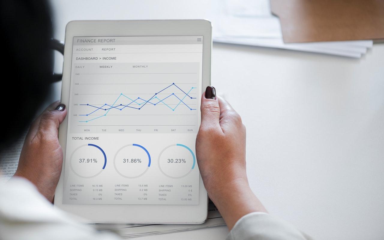 Ce înseamnă să investești pasiv (+un curs pentru începători)_femeie care analizeaza un grafic financiar