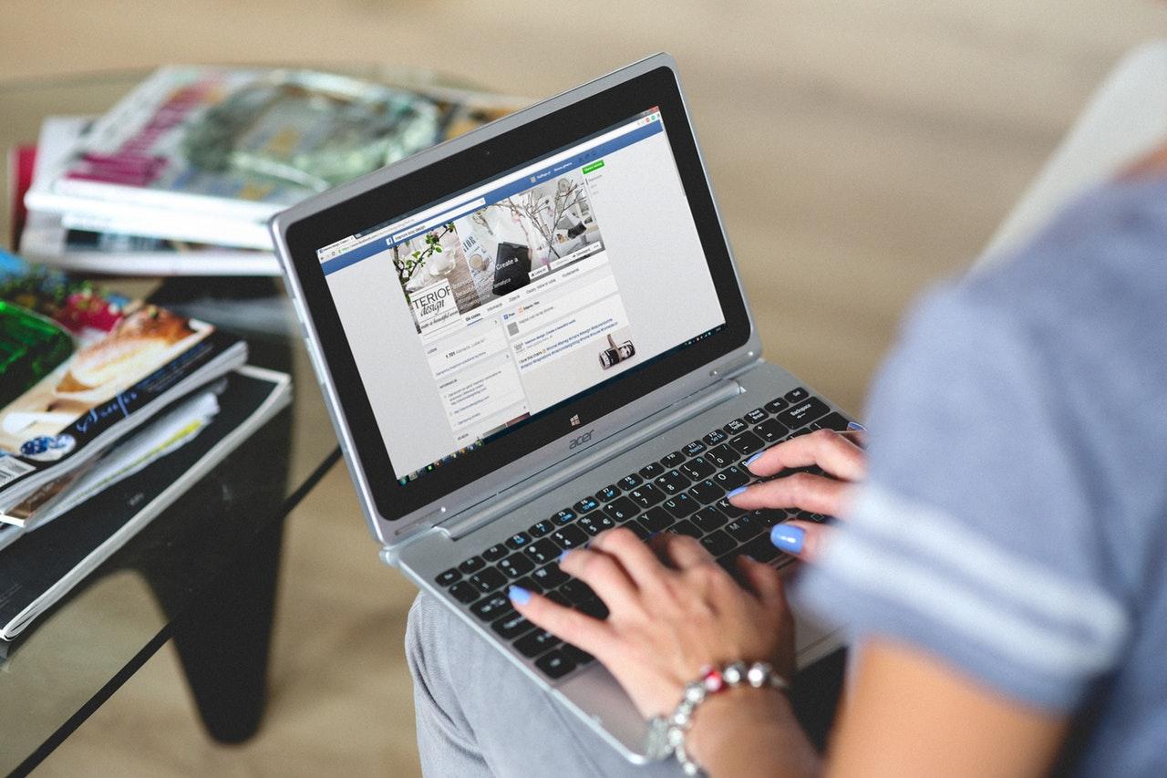 Ce fac ca să-mi limitez timpul petrecut pe Facebook_femeie care verifica facebook pe calculator