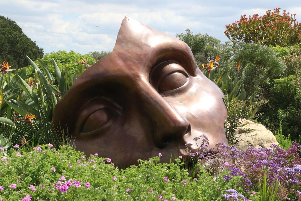 Ce te reprezintă azi O întoarcere la esențial_statuie mare intre flori
