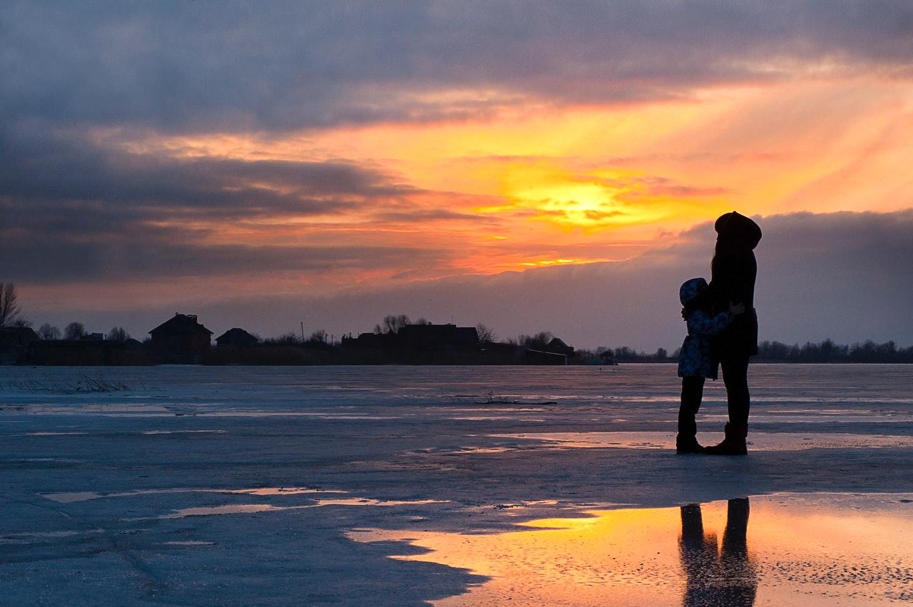 Bugetul-Familiei-1-Pe-ce-și-cheltuie-banii-o-familie-cu-1-copil_mama-si-baiatul