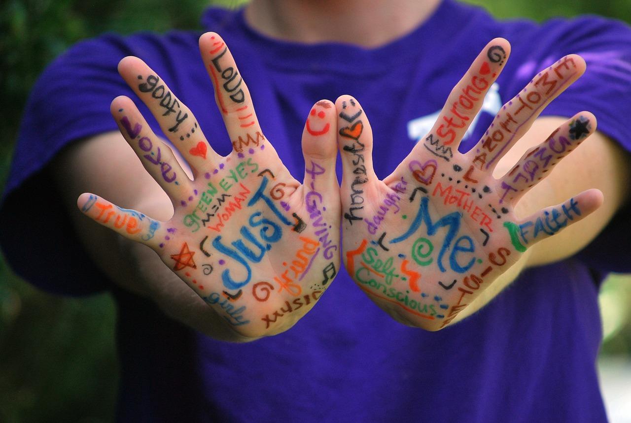 Cele-6-nevoi-emoționale-ale-oamenilor-și-legătura-cu-banii_emotiile-pictate-pe-maini