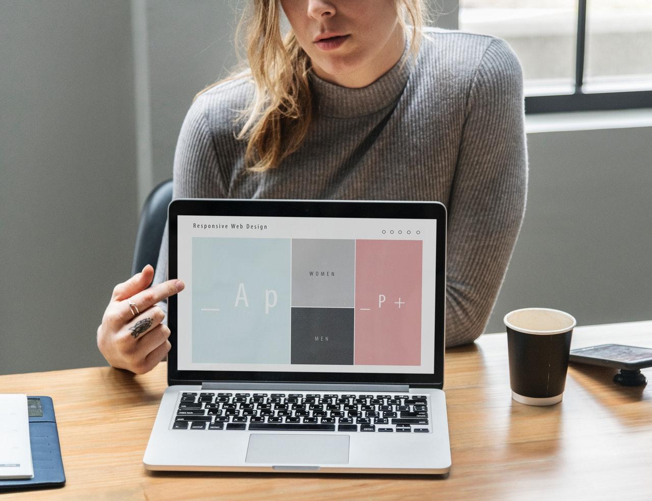 Cum-să-începi-un-startup-10-idei-faine-din-cartea-Startup-de-100_femeie-care-își-prezinta-startupul