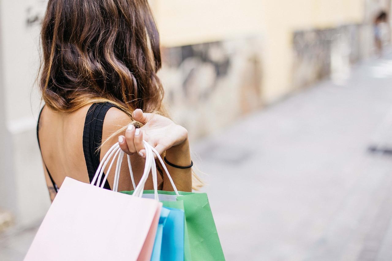 Cheltuielile-impulsive-–-cum-să-le-vii-de-hac-idei-din-experiența-mea_femeie-care-cheltuieste-impulsiv