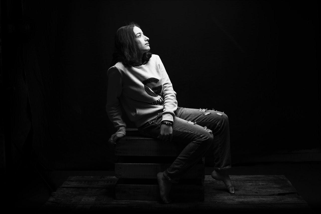Despre-tiparele-de-comportament-și-de-ce-le-perpetuăm-până-apare-o-valiză-grea_femeie-care-si-pune-intrebari-pe-scaun