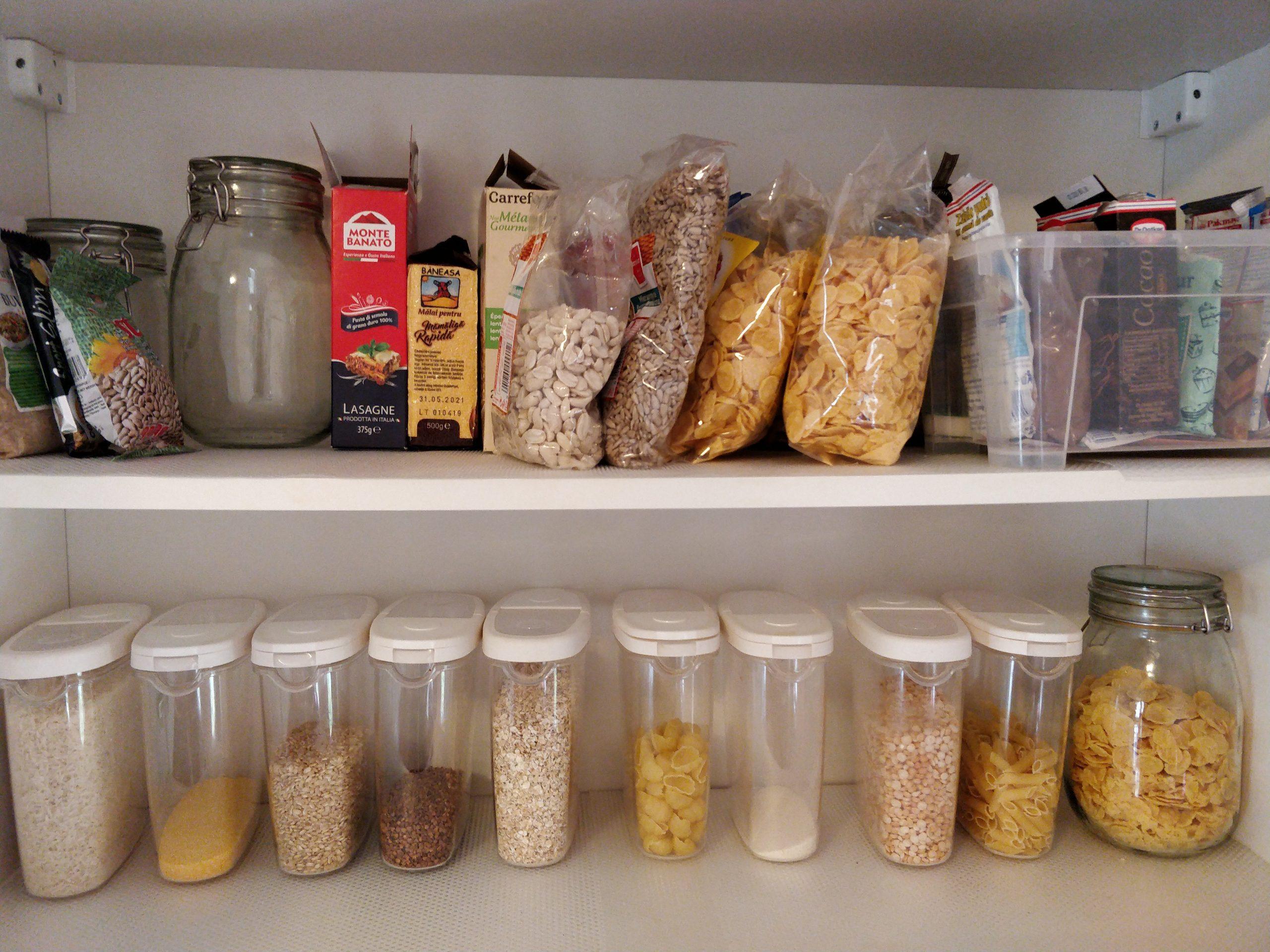 Magia-Ordinii-6-Cum-să-debarasezi-bucătăria-și-să-menții-ordinea-fără-efort_ingrediente-pe-raft