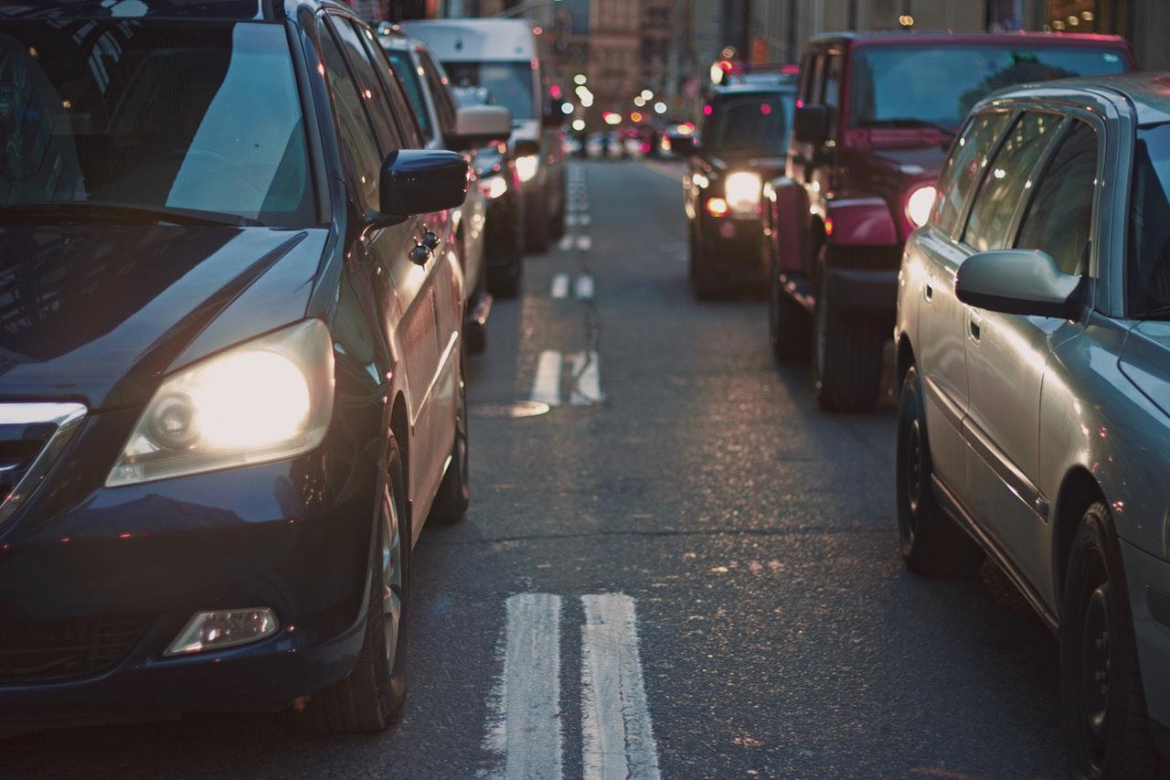 Mic-ghid-Cum-să-reduci-cheltuielile-cu-mașina-de-la-cumpărare-până-la-întreținere-și-mentenanță_masini-in-trafic