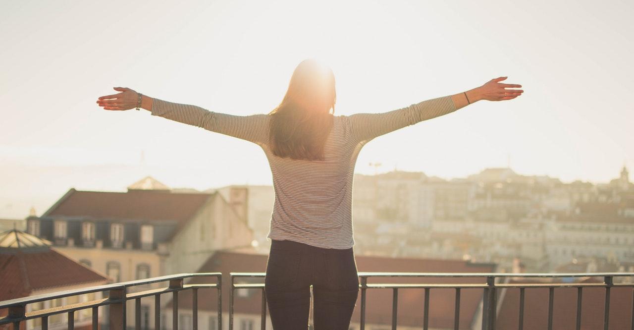 Relația-cu-banii-cursul-care-te-ajută-să-renunți-la-credințele-limitative-despre-bani-e-cu-coaching_fata-cu-fata-la-soare