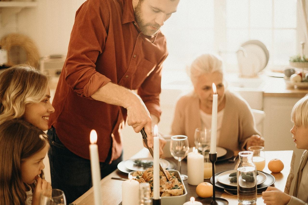 Rutinele-familiei-de-ce-sunt-importante-și-cum-te-ajută-să-atingi-viața-mult-visată-Descarcă-materialul_familie-la-masa-festiva