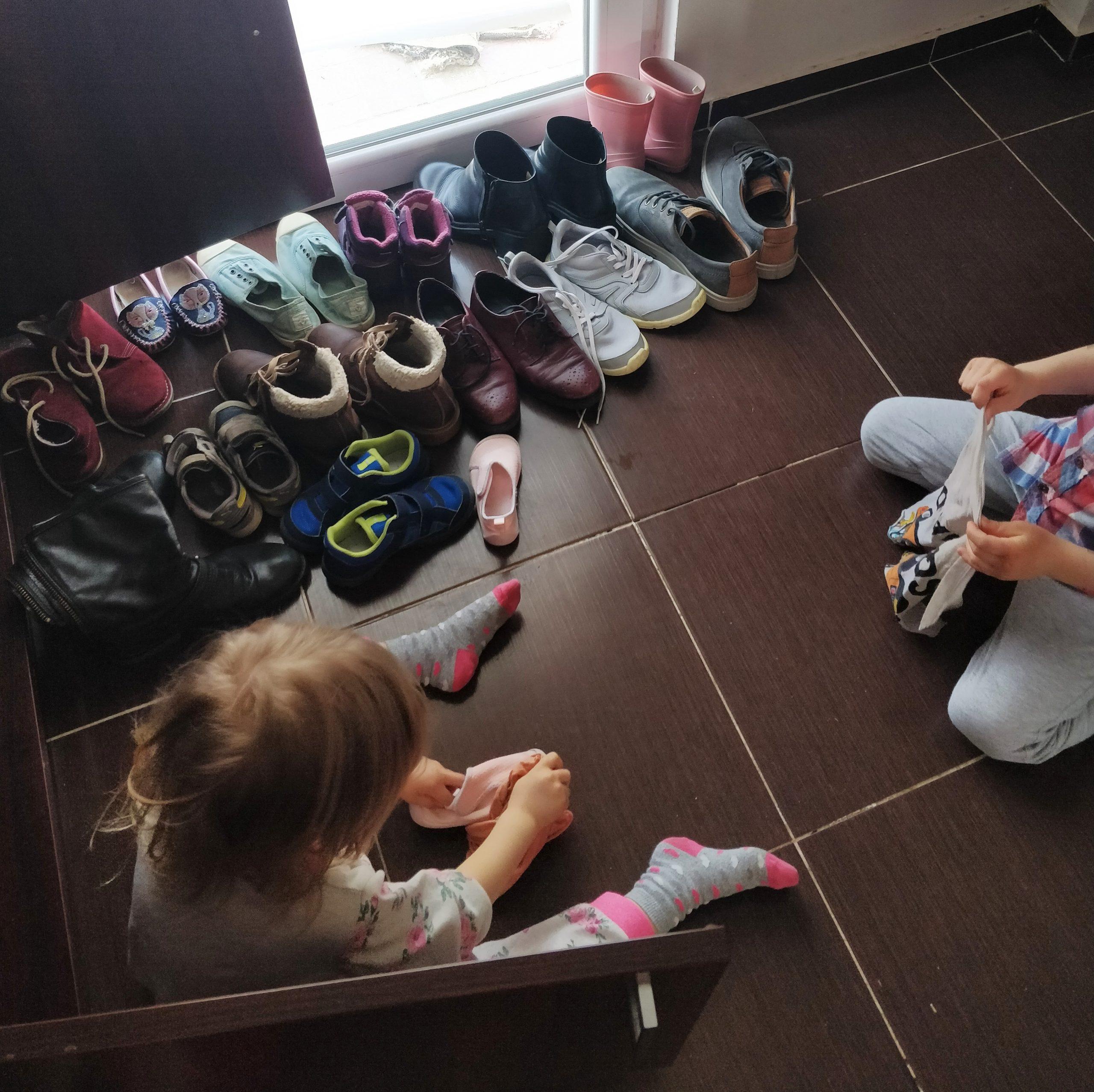 Jurnal-de-pandemie-cum-au-fost-pentru-noi-primele-2-săptămâni-și-ce-planuri-avem-în-continuare_copii-care-fac-curat