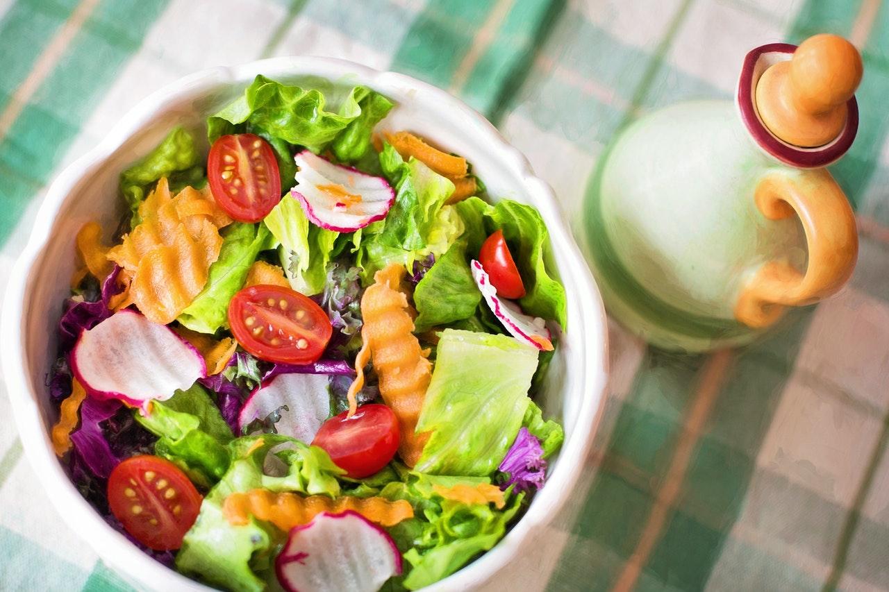 20-de-rețete-super-rapide-și-simple-gata-în-mai-puțin-de-20-de-min_salata-cu-de-toate
