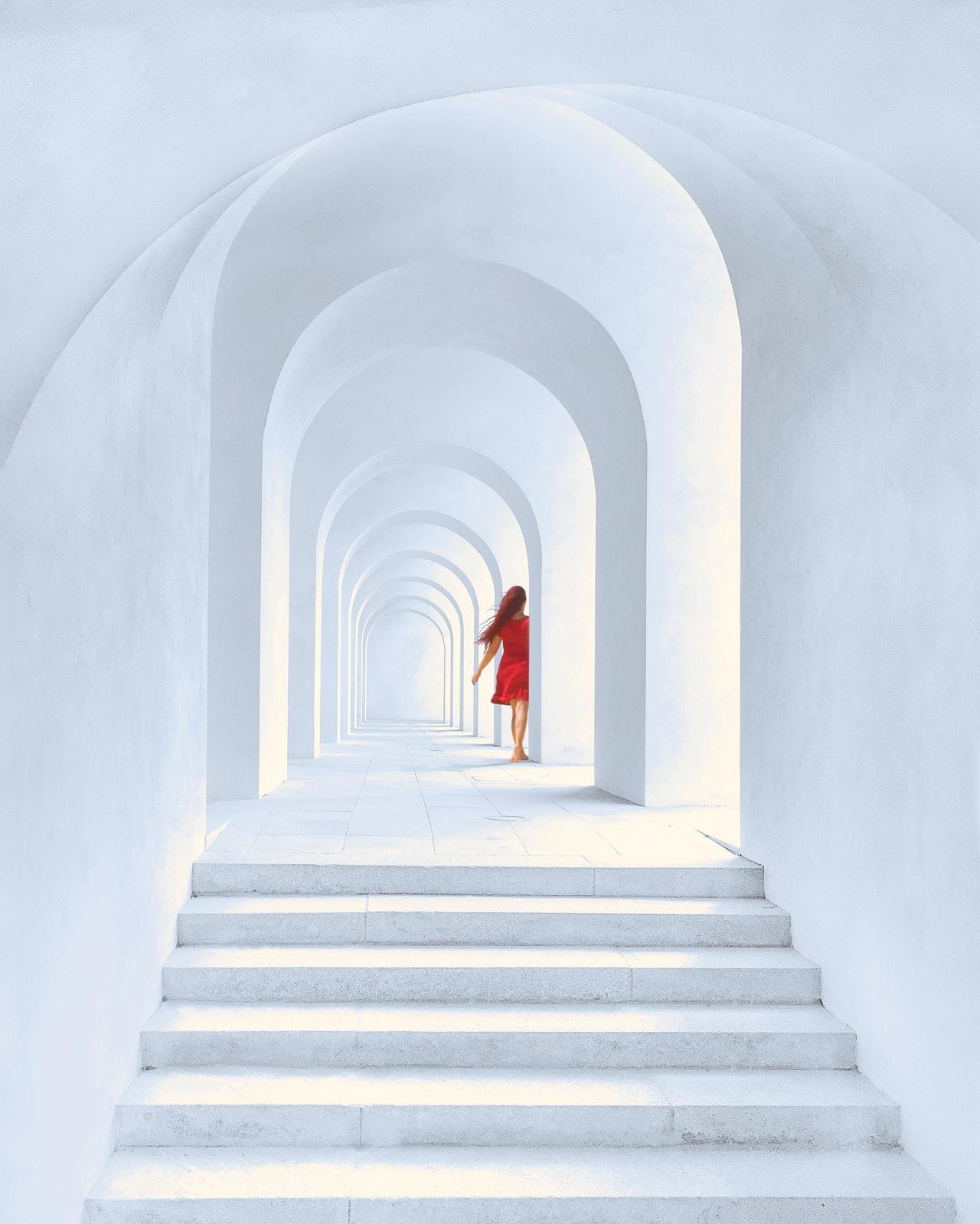 Izolarea-la-domiciliu-prilej-să-dau-sens-adevăratei-vieți-articol-de-Ioana-Cătălina-Pavel_femeie-într-o-casă-albă
