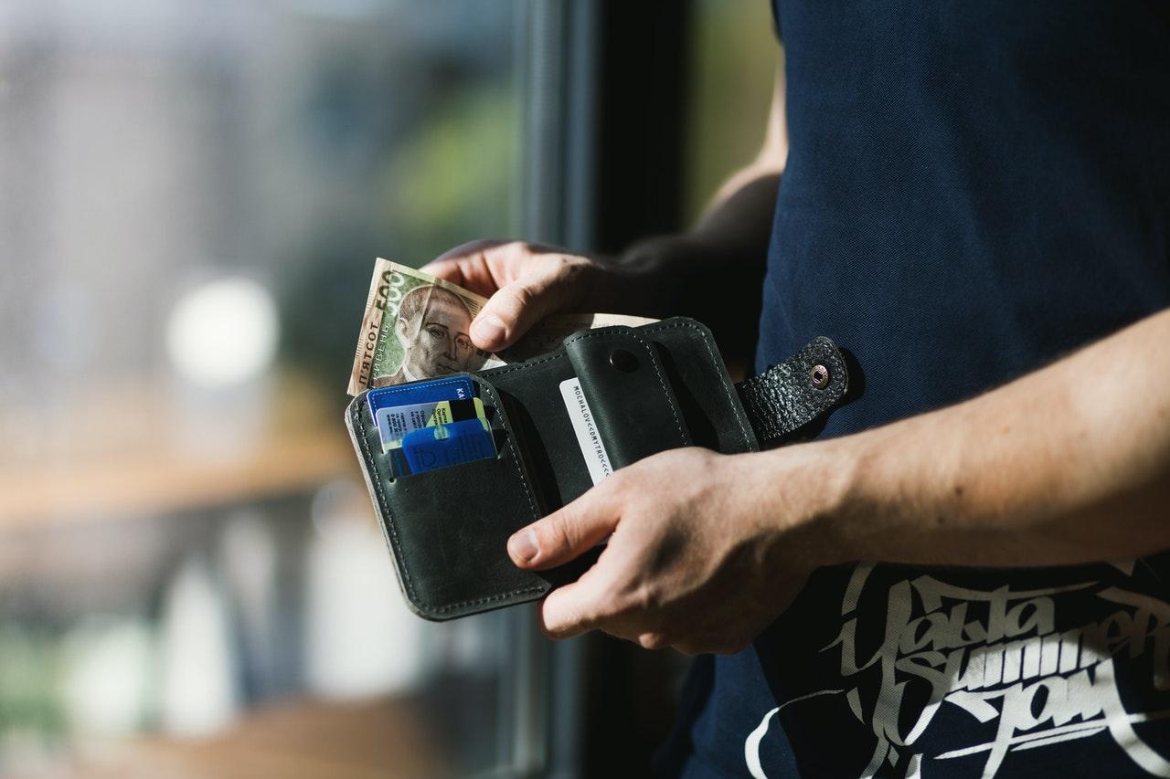 7-măsuri-de-precauție-pe-care-să-le-iei-cu-banii-tăi_barbat-care-numara-banii