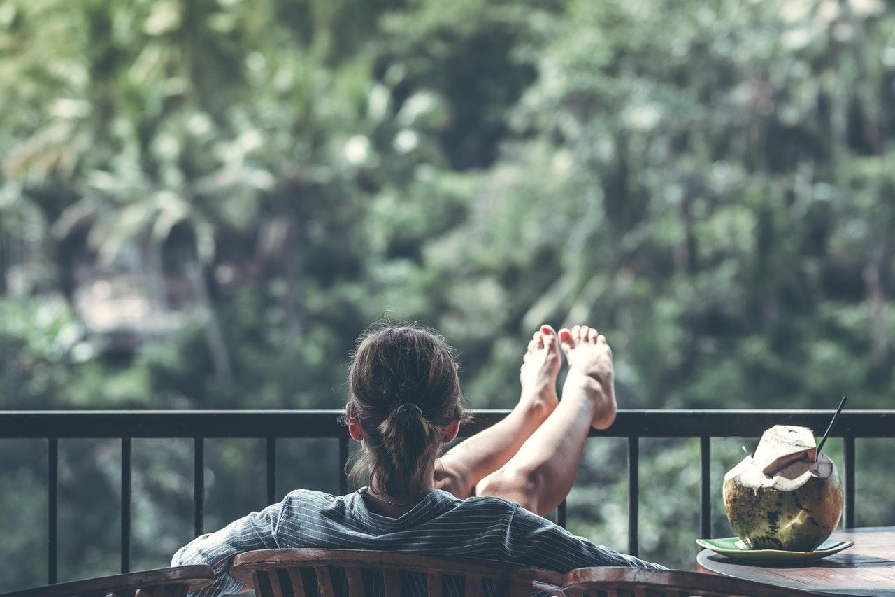 Banii-în-cuplu5-Interviu-cu-Victoria-despre-cum-își-asigură-libertatea-cu-ajutorul-economiilor_femeie-care-sta-relaxata-pe-terasa