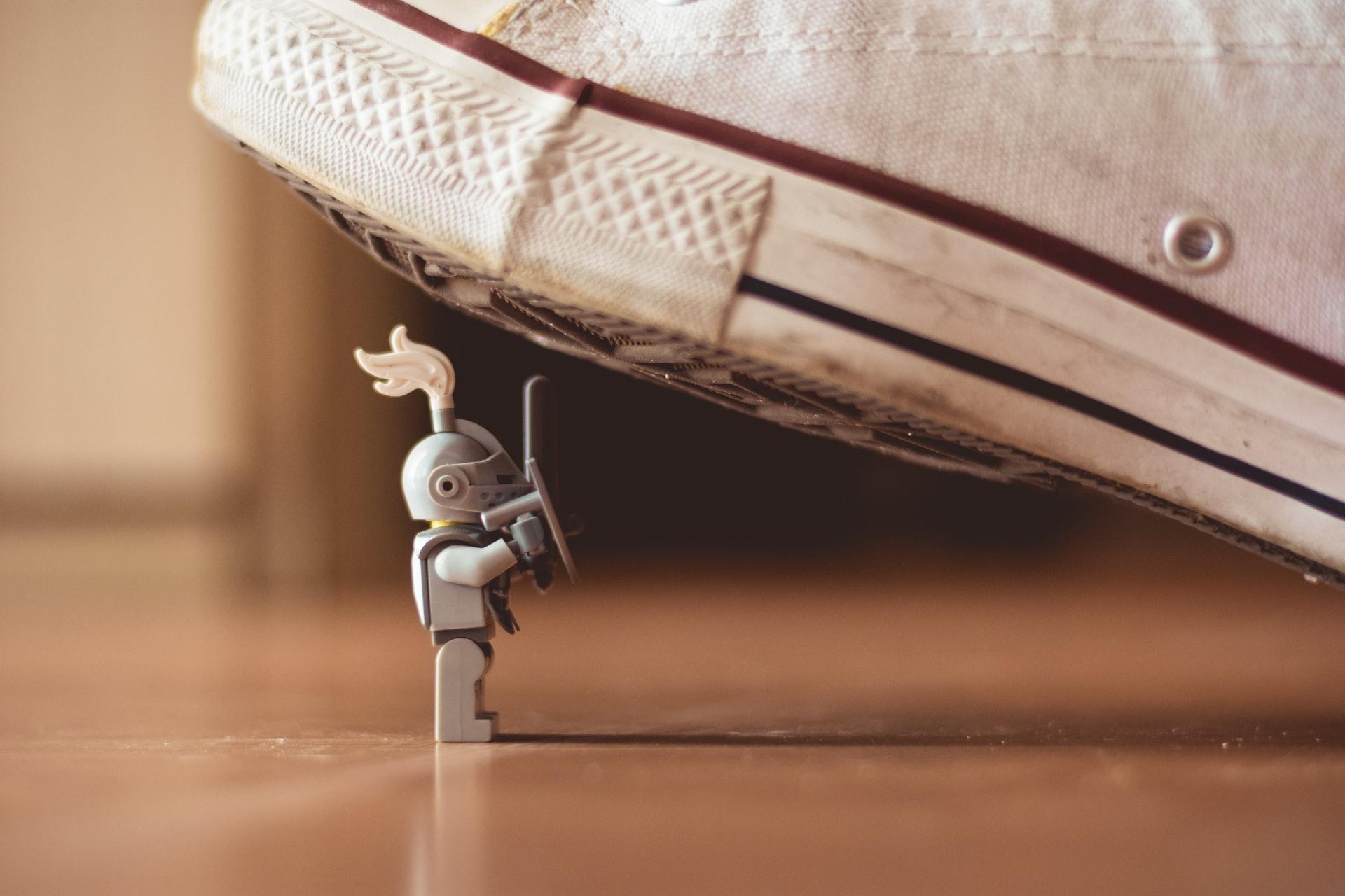 Top-5-credințe-limitative-despre-bani-și-cum-te-pot-influența-acestea_talpa-care-striveste-o-jucarie