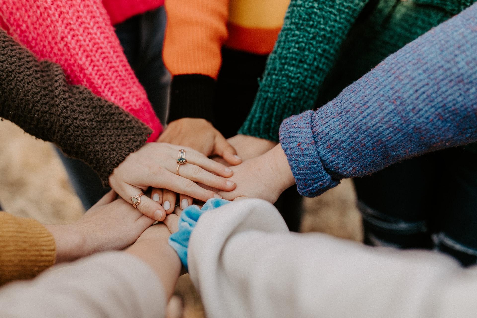 Cum-arată-o-întâlnire-a-grupului-de-suport-Trăiește-frumos-cu-mai-puțin-E-cu-idei-concrete-despre-fondul-de-urgență_mâini-împreună