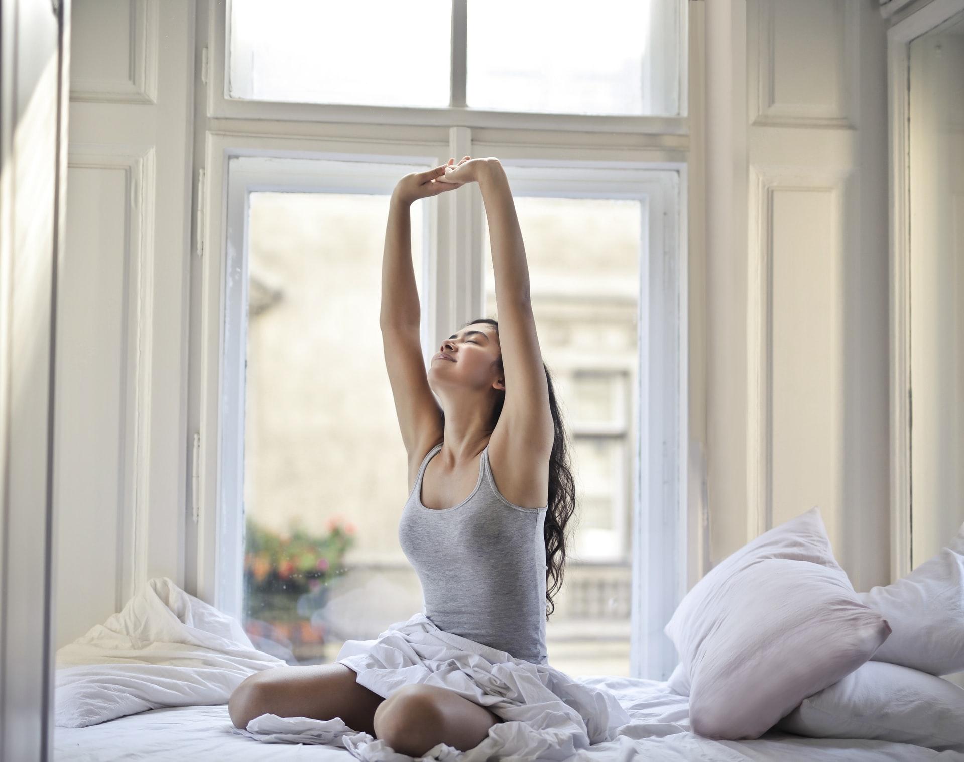 Îmbrățișează-perspectiva-asta-ca-să-ai-o-viață-mai-bună-e-inspirată-dintr-o-lecție-de-yoga_fată-care-se-întinde-după-somn