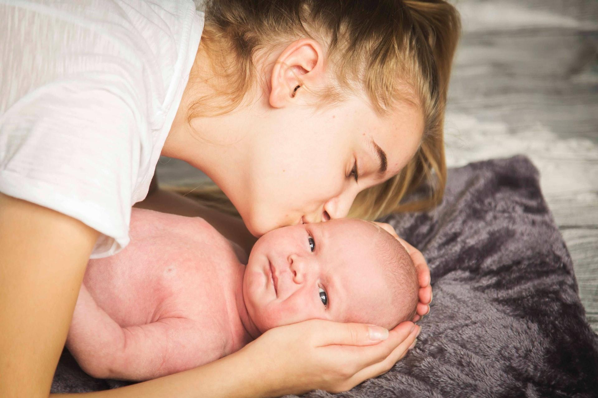 BugetulFamiliei8-Cum-își-cheltuiește-banii-o-familie-de-3-cu-venituri-de-11.000-Ron_mama-cu-nou-născut