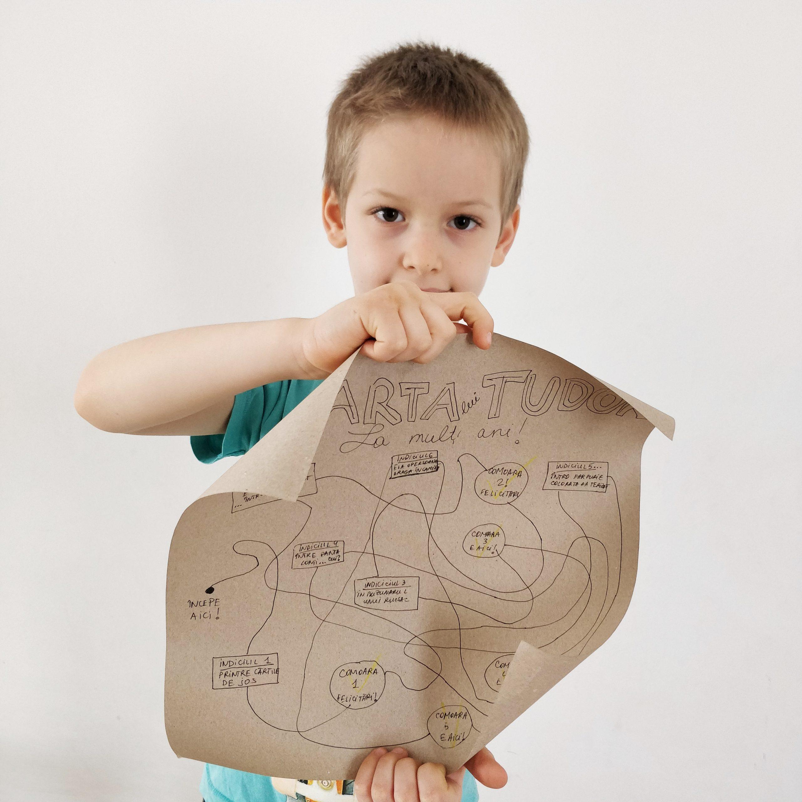 Cum-să-transformi-un-cadou-de-140-Ron-într-unul-de-milioane-O-idee-simplă-ca-să-i-aduci-bucurie-copilului-de-ziua-lui_copil-cu-hartă