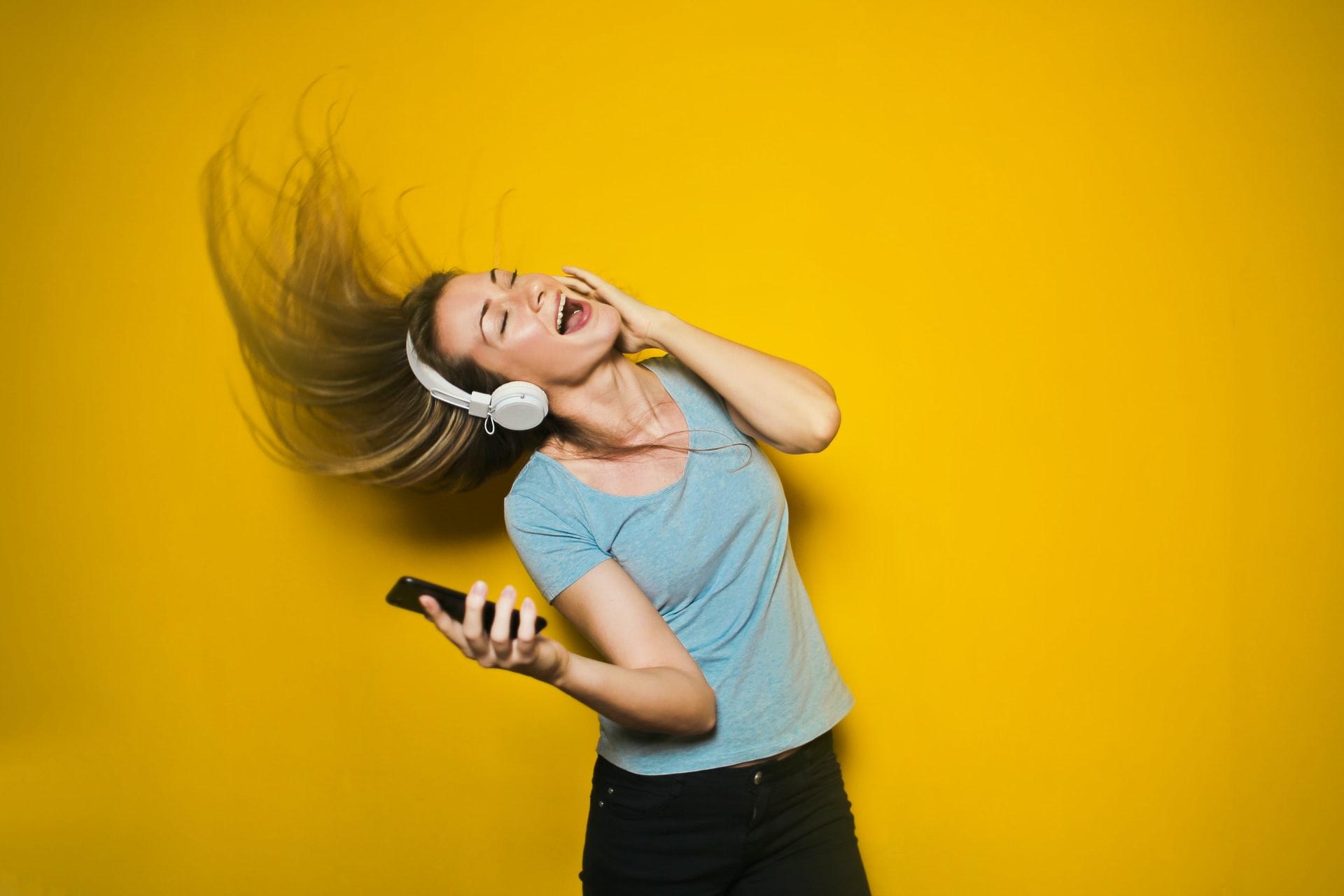 12-idei-simple-care-te-ajută-să-transformi-curățenia-dintr-o-corvoadă-într-o-distracție_femeie-care-asculta-muzica-la-casti