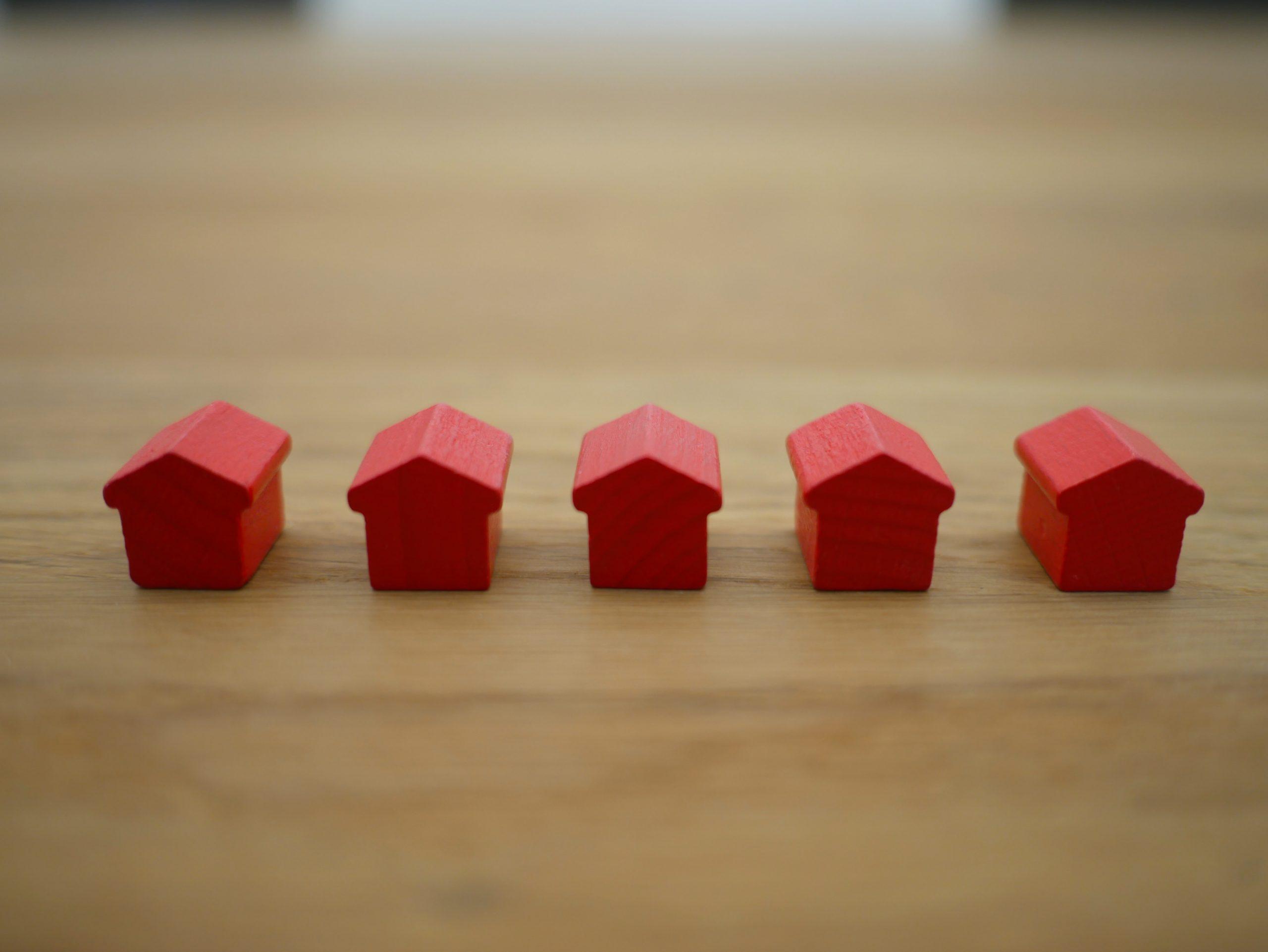 BugetulFamiliei17-Cum-își-gestionează-banii-o-familie-cu-un-bebeluș-și-cum-au-făcut-primele-investiții-imobiliare_case-rosii